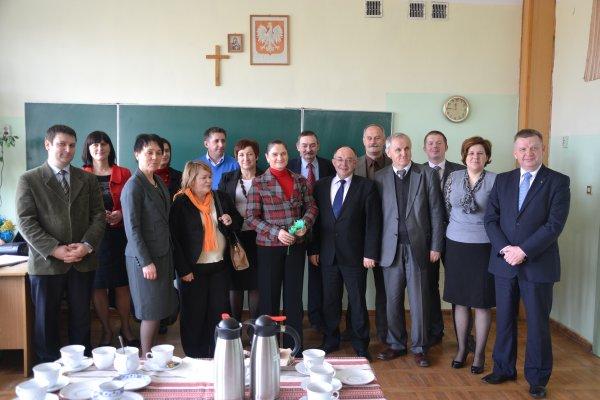 541527c52b A. Mickiewicza goście wzięli udział w lekcji języka ukraińskiego w klasie  pierwszaków